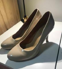 Bézs lakk magassarkú cipő