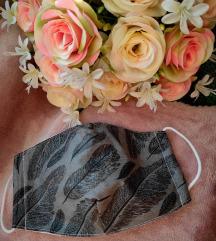 Szürke tollas textil maszk