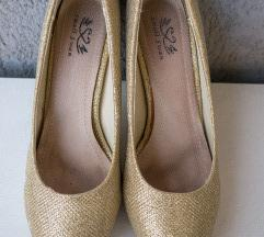 Csillogó arany cipő