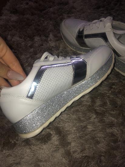 Csillogós sportcipő