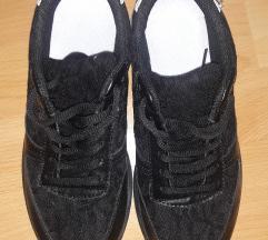 Csipkés sportcipő