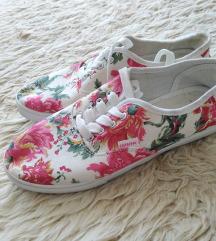 virágmintás tornacipő