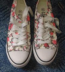 Virágos fehér tornacipő