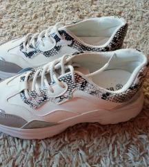 fehér mintás sportcipő