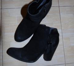 39-es fekete cipő