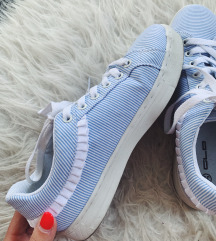 Új hordatlan fodros cipő
