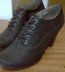 Fűzős magassarkú cipő