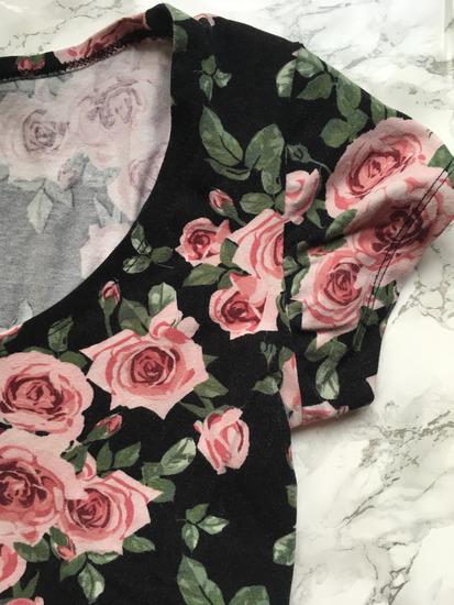 Fekete alapon rózsás mintás póló New Yorkeres