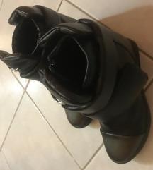 Magasított talpú fekete bakancs 37