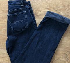 Gyöngyös szárú, sötétkék mom jeans
