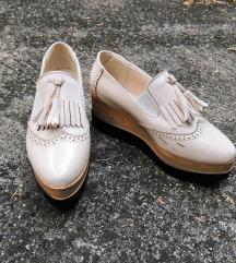 Platformos lakkcipő