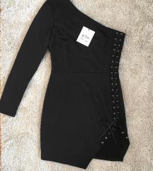 Címkés fűzős fekete ruha