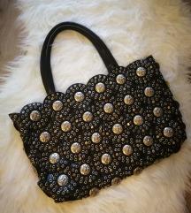Egyedi ezüst szegecsekkel díszített táska