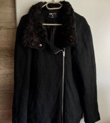 Fekete szőrmés nyakú kabát