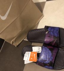 Címkés Nike Benassi papucs