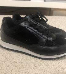 Eladó fekete sportcipő