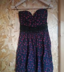 Fekete virágos ruha csipke berakással