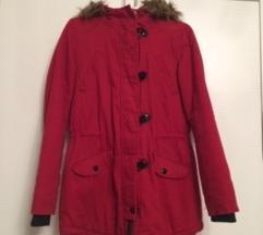 Piros kabát, szőrmés kapucnival