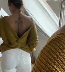 Hátul dekoltált pulcsi