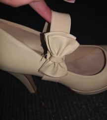 Vajszínű magassarkú cipő pánttal