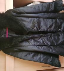 Szőrös kapucnis kabát övvel