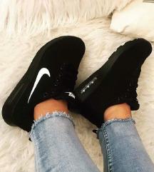 Eladó fekete minőséges replika Nike cipő